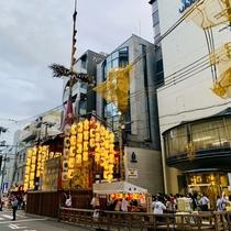 祇園祭りで2年ぶりの山鉾建て